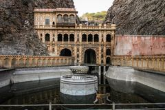 Ο ναός Galtaji πιθήκων και αυτό νερό ` s τοποθετεί σε δεξαμενή, στο τέλος της ημέρας, το Jaipur, Rajasthan, Ινδία Στοκ φωτογραφίες με δικαίωμα ελεύθερης χρήσης