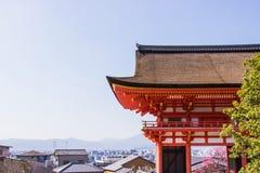 Ο ναός kiyomizu-Dera πυλών εισόδων κατά τη διάρκεια του χρόνου ανθών sakura κερασιών πρόκειται να ανθίσει στο Κιότο στοκ φωτογραφία με δικαίωμα ελεύθερης χρήσης