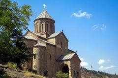 Ο ναός Metekhi είναι μια από τις διασημότερες θέες του Tbilisi στοκ εικόνες