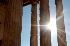 Ο ναός Parthenon στην ακρόπολη της Αθήνας με τα φω'τα πηγαίνει κατευθείαν, Ελλάδα Στοκ Φωτογραφία