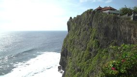 Ο ναός Pura Luhur Uluwatu είναι ένας από διάφορους σημαντικούς ναούς στα πνεύματα της θάλασσας φιλμ μικρού μήκους