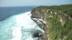 Ο ναός Pura Luhur Uluwatu είναι ένας από διάφορους σημαντικούς ναούς στα πνεύματα της θάλασσας απόθεμα βίντεο