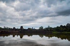 Ο ναός Wat Angkor, η παγκόσμια κληρονομιά της ΟΥΝΕΣΚΟ, και η αντανάκλασή του στη λίμνη, Siem συγκεντρώνουν την επαρχία, Καμπότζη  Στοκ Φωτογραφίες