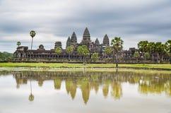 Ο ναός Wat Angkor, η παγκόσμια κληρονομιά της ΟΥΝΕΣΚΟ, και η αντανάκλασή του στη λίμνη, Siem συγκεντρώνουν την επαρχία, Καμπότζη  Στοκ Φωτογραφία