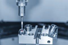 Ο να αγγίξει έλεγχος συνδέει CNC στη διαδικασία βαθμολόγησης μηχανών στοκ φωτογραφία
