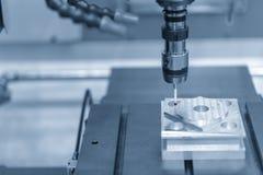 Ο να αγγίξει έλεγχος συνδέει CNC στη μηχανή θέτοντας τα κομμάτια εργασίας στοκ φωτογραφία με δικαίωμα ελεύθερης χρήσης