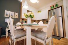 Ο να δειπνήσει πίνακας στο διαμέρισμα Πίνακας για το μεσημεριανό γεύμα στη διαβίωση Στοκ εικόνα με δικαίωμα ελεύθερης χρήσης