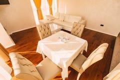 Ο να δειπνήσει πίνακας στο διαμέρισμα Πίνακας για το μεσημεριανό γεύμα στη διαβίωση Στοκ Εικόνες