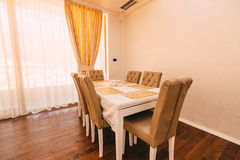 Ο να δειπνήσει πίνακας στο διαμέρισμα Πίνακας για το μεσημεριανό γεύμα στη διαβίωση Στοκ Φωτογραφίες