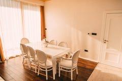 Ο να δειπνήσει πίνακας στο διαμέρισμα Πίνακας για το μεσημεριανό γεύμα στη διαβίωση Στοκ φωτογραφία με δικαίωμα ελεύθερης χρήσης
