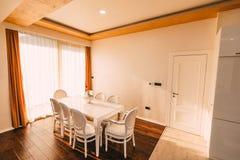 Ο να δειπνήσει πίνακας στο διαμέρισμα Πίνακας για το μεσημεριανό γεύμα στη διαβίωση Στοκ εικόνες με δικαίωμα ελεύθερης χρήσης