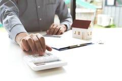 Ο νεαρός άνδρας ήταν έτοιμος να εγκρίνει τα χρήματα για να νοικιάσει ένα σπίτι και ένα αυτοκίνητο στοκ εικόνες