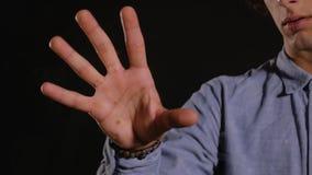 Ο νεαρός άνδρας ανιχνεύει πέντε δακτυλικά αποτυπώματα απόθεμα βίντεο