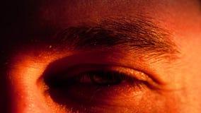 Ο νεαρός άνδρας ανοίγει και κλείνει το πράσινο μάτι του φιλμ μικρού μήκους