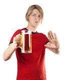 Ο νεαρός άνδρας απορρίπτει ένα φλυτζάνι της μπύρας Στοκ φωτογραφίες με δικαίωμα ελεύθερης χρήσης