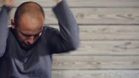 Ο νεαρός άνδρας είναι ενοχλημένος και κυματίζοντας τα όπλα του απόθεμα βίντεο