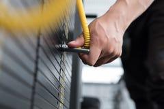 ο νεαρός άνδρας εκτελεί την άσκηση με το τράβηγμα κάτω από τη μηχανή στη CEN ικανότητας Στοκ φωτογραφίες με δικαίωμα ελεύθερης χρήσης