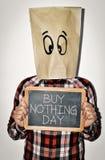 Ο νεαρός άνδρας και το κείμενο δεν αγοράζουν τίποτα ημέρα στοκ εικόνες με δικαίωμα ελεύθερης χρήσης