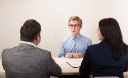 Ο νεαρός άνδρας κατά τη διάρκεια της συνέντευξης εργασίας και τα μέλη Στοκ φωτογραφία με δικαίωμα ελεύθερης χρήσης