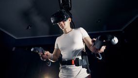 Ο νεαρός άνδρας κινεί τα χέρια φορώντας τα γυαλιά VR, κλείνει επάνω απόθεμα βίντεο