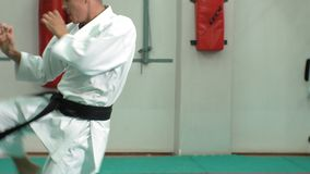 Ο νεαρός άνδρας με το muscled σώμα, πολεμικές τέχνες goju-Ryu κατάρτισης karate- φιλμ μικρού μήκους