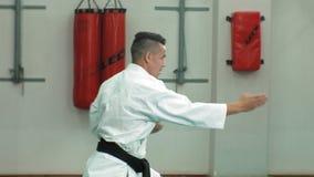 Ο νεαρός άνδρας με το muscled σώμα, πολεμικές τέχνες goju-Ryu κατάρτισης karate- απόθεμα βίντεο