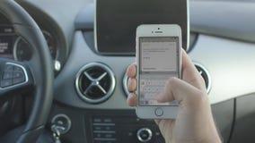 Ο νεαρός άνδρας οδηγεί ένα αυτοκίνητο απόθεμα βίντεο