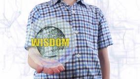 Ο νεαρός άνδρας παρουσιάζει ένα ολόγραμμα της φρόνησης πλανήτη Γη και κειμένων φιλμ μικρού μήκους