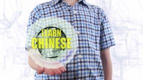 Ο νεαρός άνδρας παρουσιάζει ένα ολόγραμμα του πλανήτη Γη και το κείμενο μαθαίνει τα κινέζικα φιλμ μικρού μήκους