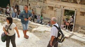 Ο νεαρός άνδρας που παίρνει τη φωτογραφία της ιστορικής περιοχής στο smartphone, άνθρωποι ταξιδεύει με τα παιδιά απόθεμα βίντεο
