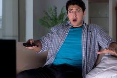 Ο νεαρός άνδρας που προσέχει τη TV αργά τη νύχτα στοκ φωτογραφία με δικαίωμα ελεύθερης χρήσης