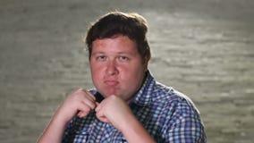 Ο νεαρός άνδρας που στέκεται στον μπόξερ θέτει να εξισώσει υπαίθριος απόθεμα βίντεο