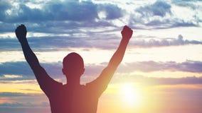 Ο νεαρός άνδρας που στέκεται στο ηλιοβασίλεμα Φωτεινή ηλιακή πυράκτωση και ουρανός Στοκ φωτογραφία με δικαίωμα ελεύθερης χρήσης