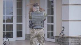 Ο νεαρός άνδρας που φορά τη στρατιωτική στολή ήρθε κατ' οίκον αλλά η φίλη ή η σύζυγός του δεν είναι ευτυχής να τον δει και πήγε α απόθεμα βίντεο