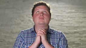 Ο νεαρός άνδρας προσεύχεται να εξισώσει υπαίθριος φιλμ μικρού μήκους