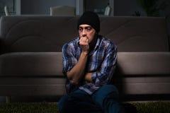 Ο νεαρός άνδρας στην αγωνία που έχει τα προβλήματα με τα ναρκωτικά στοκ φωτογραφία
