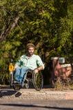 Άτομο στην αναπηρική καρέκλα στη συγκράτηση πόλεων στοκ εικόνες με δικαίωμα ελεύθερης χρήσης