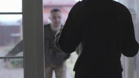 Ο νεαρός άνδρας στους στρατιωτικούς περίβολους με τη μεγάλη τσάντα που πηγαίνει στο σπίτι, στις ανοιγμένες πόρτες που στέκονται τ απόθεμα βίντεο