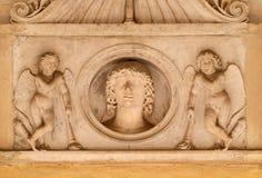 Ο νεαρός άνδρας της οικογένειας Colonna, που πλαισιώθηκε από ένα ζευγάρι των cupids με οι φανοί, dei Santi ΧΙΙ εκκλησιών Apostoli Στοκ Εικόνες
