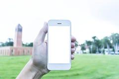 Ο νεαρός άνδρας χρησιμοποιεί το κινητό τηλέφωνό του για να πάρει τις εικόνες των μνημών του στοκ εικόνες