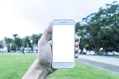 Ο νεαρός άνδρας χρησιμοποιεί το κινητό τηλέφωνό του για να πάρει τις εικόνες των μνημών του στοκ εικόνα με δικαίωμα ελεύθερης χρήσης