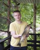 Ο νεαρός άνδρας, ο ψαράς, με τους πιασμένους λούτσους στοκ φωτογραφίες με δικαίωμα ελεύθερης χρήσης