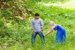 Ο νεαρός άνδρας έχει τη διασκέδαση με τη φίλη υπαίθρια Στοκ φωτογραφία με δικαίωμα ελεύθερης χρήσης