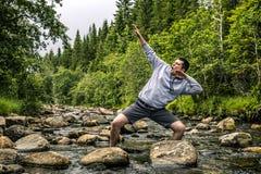 Ο νεαρός άνδρας έχει τη διασκέδαση πεζοπορία στη Νορβηγία Στοκ φωτογραφία με δικαίωμα ελεύθερης χρήσης