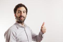 Ο νεαρός άνδρας δίνει τους αντίχειρες επάνω Στοκ εικόνα με δικαίωμα ελεύθερης χρήσης
