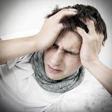 Ο νεαρός άνδρας αισθάνεται τον πονοκέφαλο Στοκ φωτογραφία με δικαίωμα ελεύθερης χρήσης