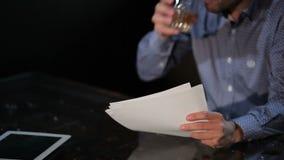 Ο νεαρός άνδρας είναι πιωμένος στο εστιατόριο από απογοητευμένος φιλμ μικρού μήκους