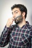 Ο νεαρός άνδρας θέλει τη χτένα η γενειάδα του και moustaches Στοκ Φωτογραφίες