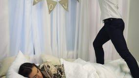Ο νεαρός άνδρας κάνει μια έκπληξη για τη φίλη του την ημέρα βαλεντίνων ` s ενώ κοιμάται απόθεμα βίντεο