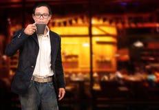 Ο νεαρός άνδρας και ο καφές κοιλαίνουν τη διαθέσιμη χρήση χεριών για το καυτό bevera ποτών ανθρώπων Στοκ φωτογραφία με δικαίωμα ελεύθερης χρήσης